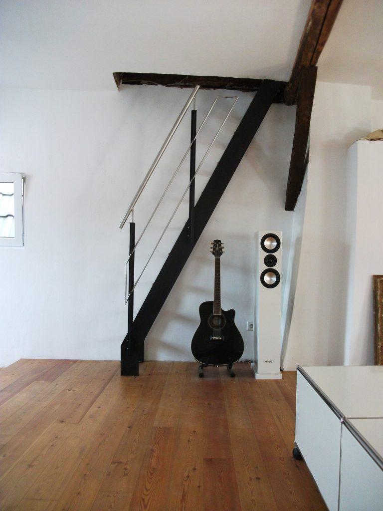 Leiter Treppe mit Stahlwange und Holzstufen