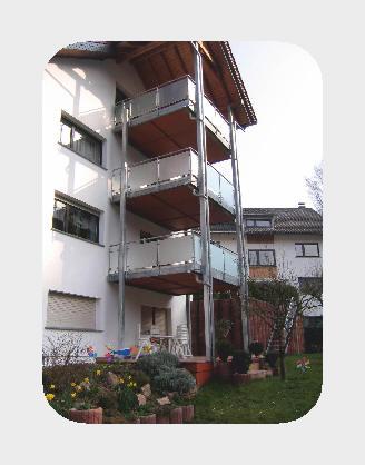 Geländer: Rundrohr mit Glasfüllung.  Stahlkonstruktion auf vier Stützen, Regenrinne aus Titanzink.