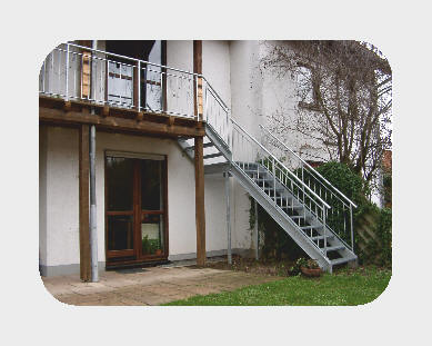 Balkon- Außentreppe mit Stahl- Balkongeländer, feuerverzinkt. (U- Wangen m. Gitterrost- Stufen)