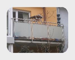Balkongeländer aus Edelstahl und Glas.