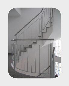 Treppengeländer mit Edelstahlhandlauf und Stahl Füllung, Lackiert