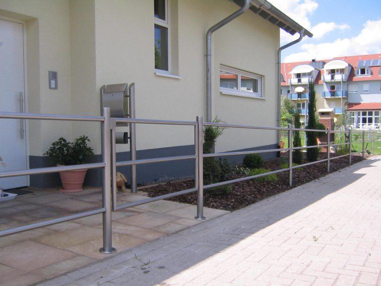 Edelstahl- Geländers mit Pforte und Edelstahl- Briefkastenanlage