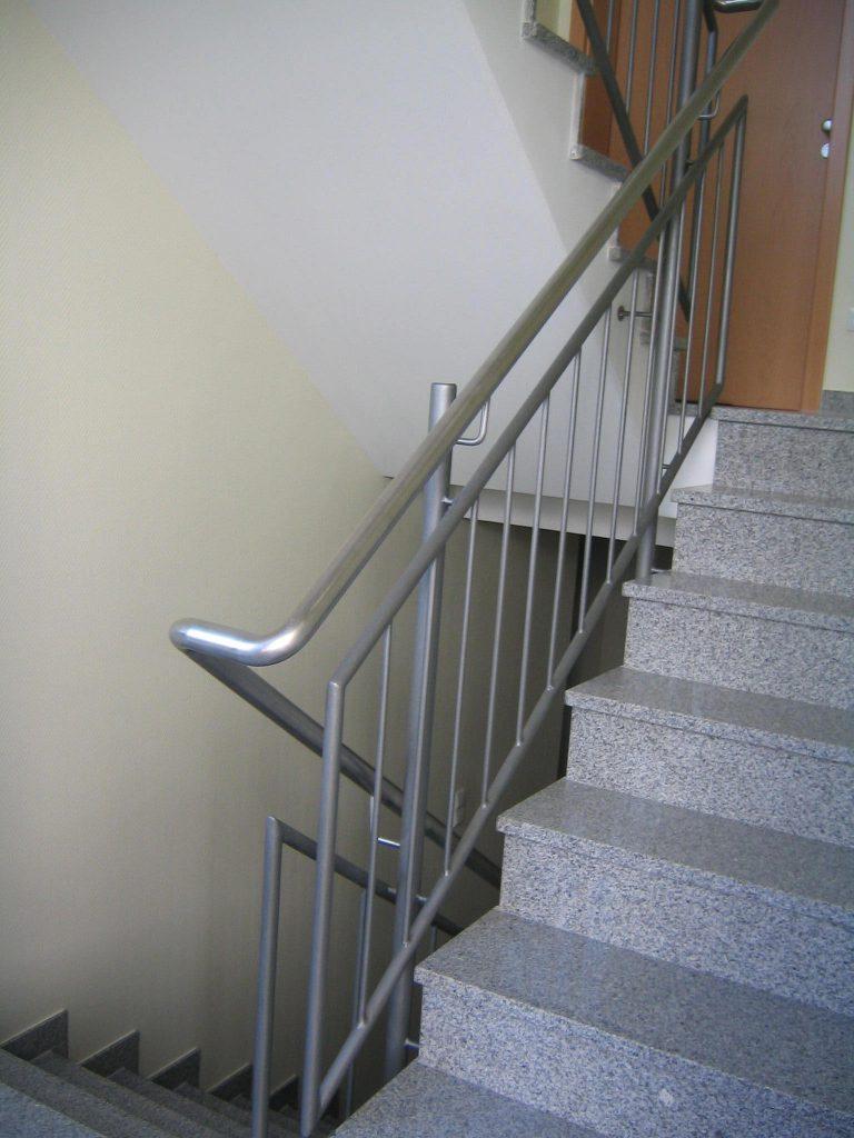 Treppengeländer Handlauf aus Edelstahl, Geländer Füllstäbe aus Rundstahl,  Unter-. u. Obergurt Rundrohr Besichtet
